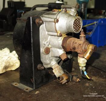 Im Motorraum werden diverse Aggregate abgebaut. Hier das Bremsgerät. . .